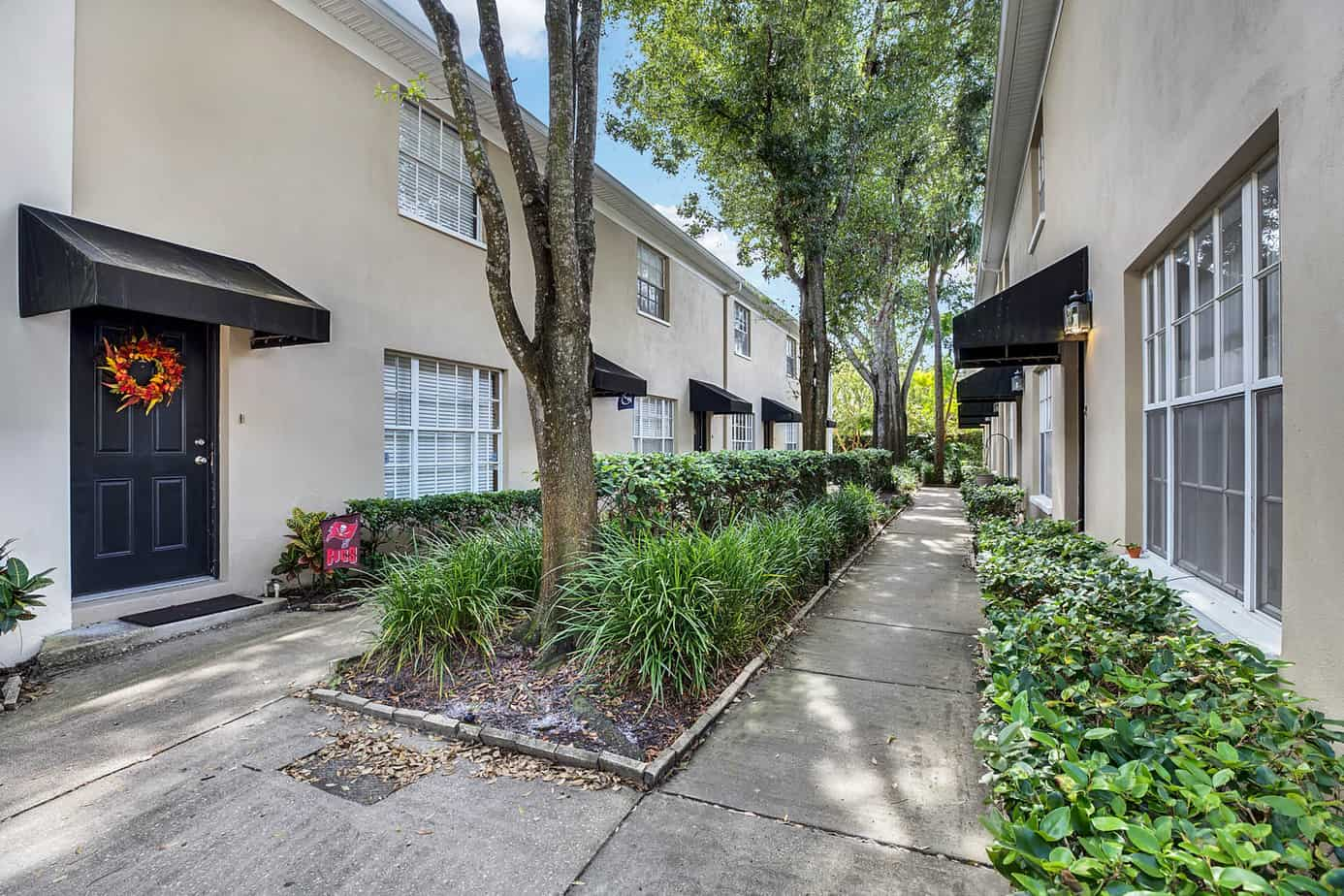 exterior of 408 S Arrawana Ave Tampa FL 33609 showing 6 condos